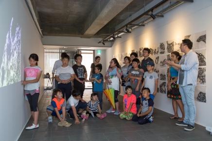 Niños de Gapado viendo el video en el Open Studio de Gapado AiR