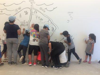 Niños interviniendo el mural